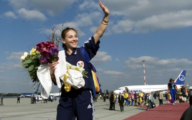 Andreea Răducan la sosirea în țară după Olimpiada de la Sydney
