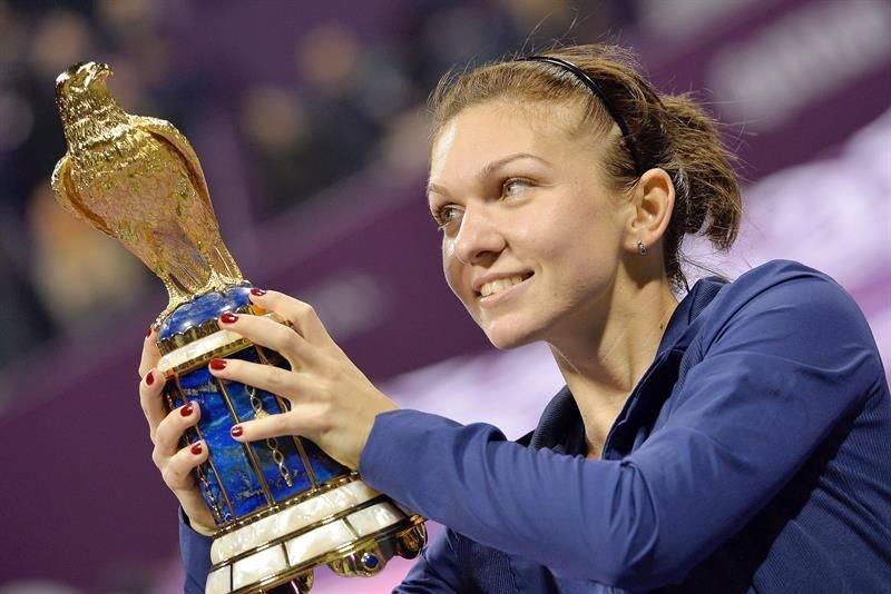 Simona Halep cu trofeul de la Doha